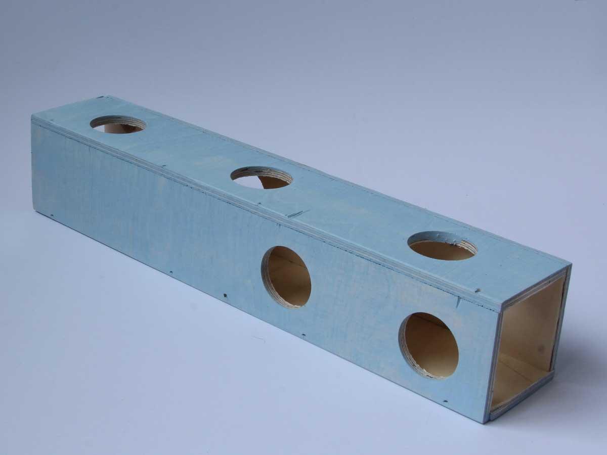 Gerbiilin ja hiiren puuhatunneli, jonka seinissä ja päädyissä kulkuaukkoja.