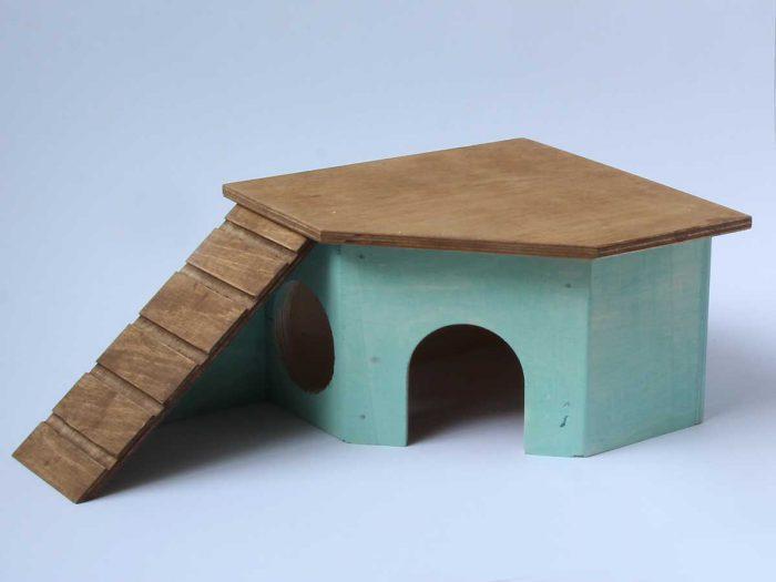 Hamsterin kulmamökki, jossa kulkusilta katolle.