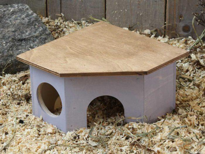Hamsterin värikäs kulmamökki ei vie paljoa tilaa, kun sen asettaa nurkkaan. Kulmamökki sopii myös hiirelle ja gerbiilille.