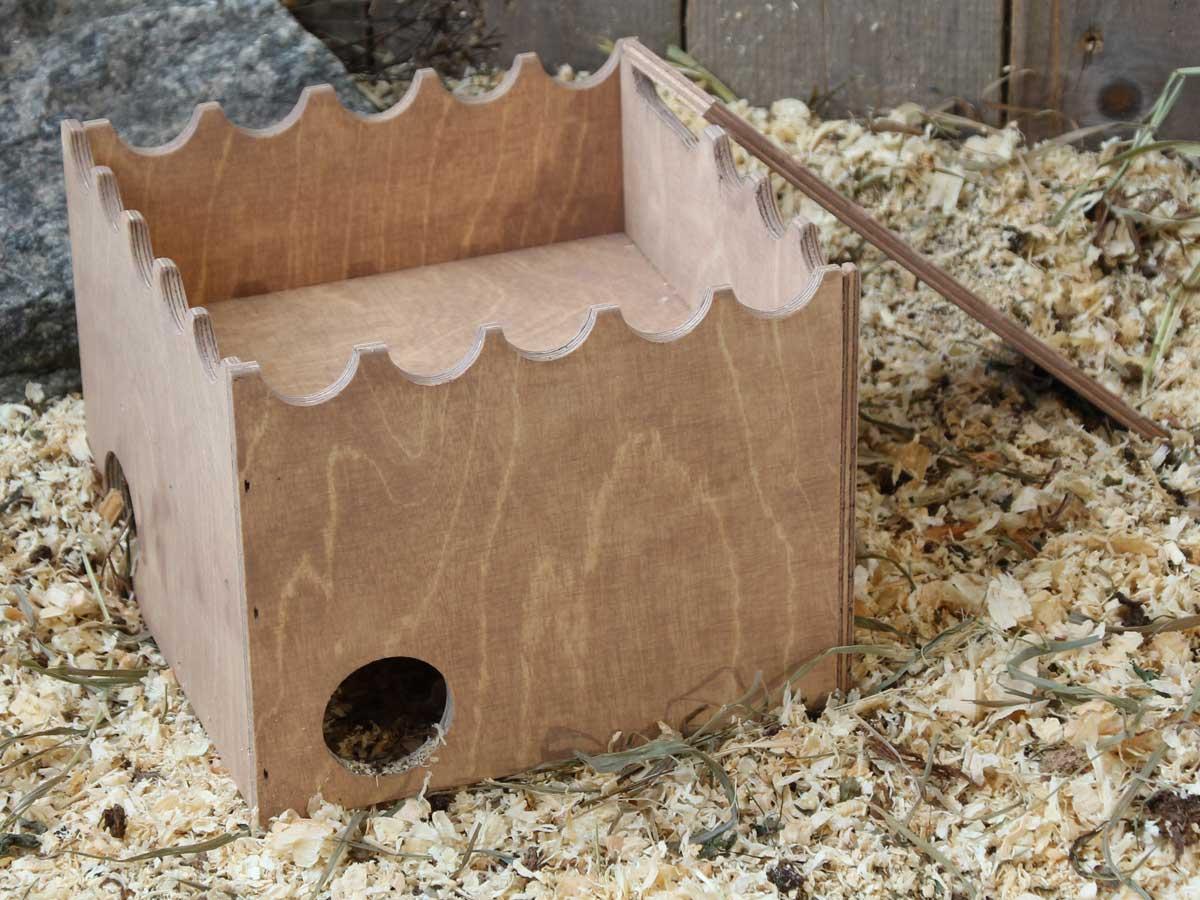Hiiren ja gerbiilin hiekkalinna. Katolle voi laittaa hiekkaa hiekkakylpyjä varten.