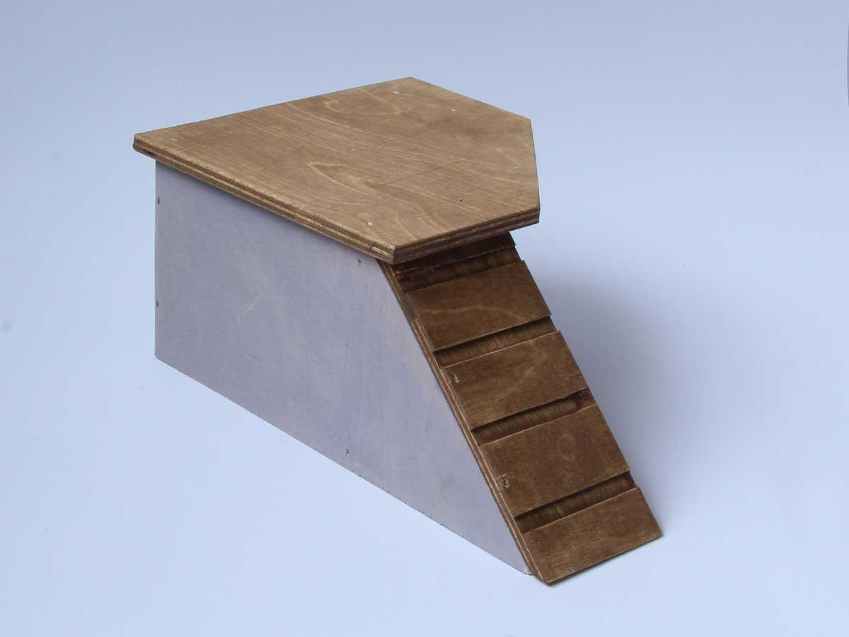 Hiiren ja gerbiilin kulmamökki, jonka katolle pääsee juoksusiltaa pitkin.