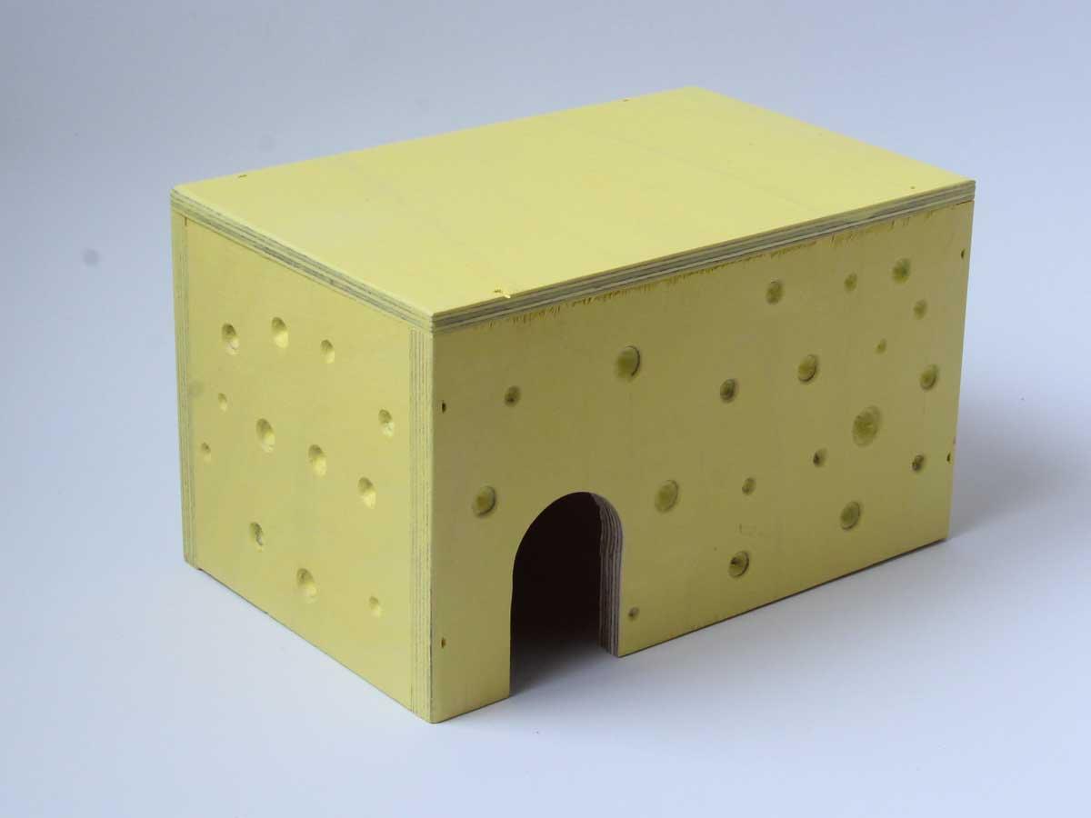 Hiiren juustomökki sopii myös gerbiilille. Juuston värinen kuutiomökki.