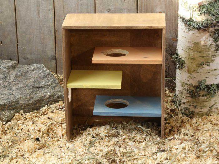 Hamsterin värikäs kiipeilyseinä, jossa kolme tasoa + katto ja kulkuaukkoja, sopii myös gerbiilille ja hiirelle!