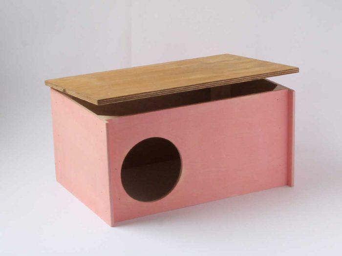 Pienen kanin mökki, jossa avattava katto. Kulkuaukon alareunan ansiosta poikaset eivät pääse karkaamaan kotipesästä.