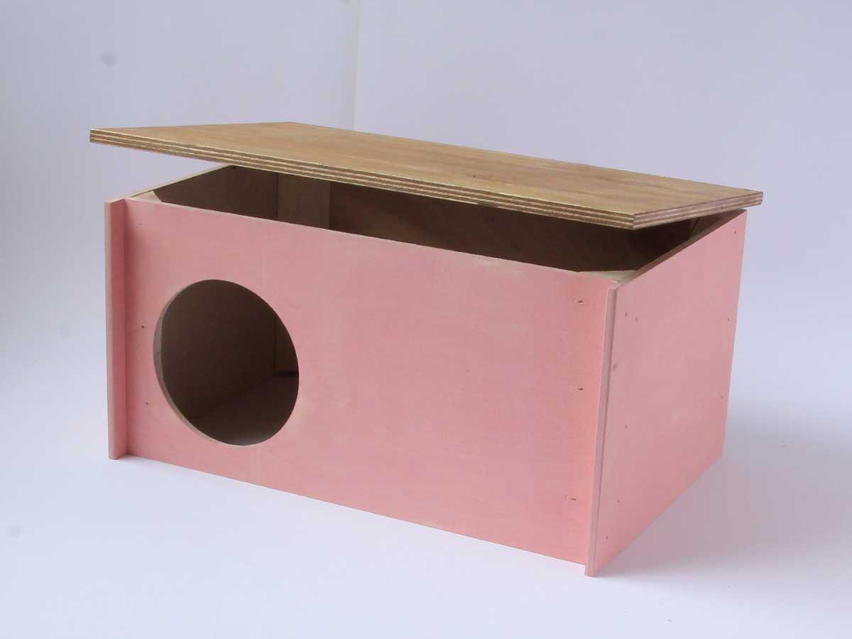 Kanin talo sopii myös poikivalle kanille, sillä katon voi avata ja siinä on saranat. Poikaset eivät pääse karkaamaan oviaukon kynnyksen ansiosta.
